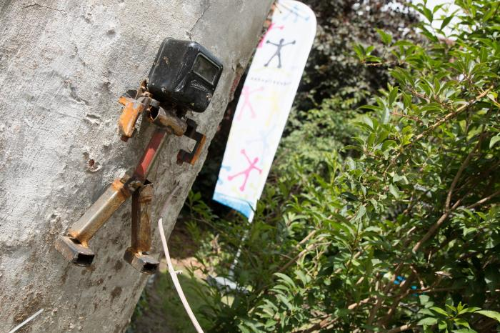 Leerlingen VTI Leuven onthullen kunstwerk in tuin Vredeseilanden