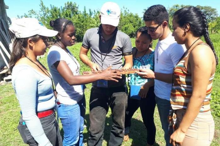 Jóvenes de Honduras y Nicaragua se gradúan en Diplomado en Producción de Cacao en Sistemas Agroforestales.