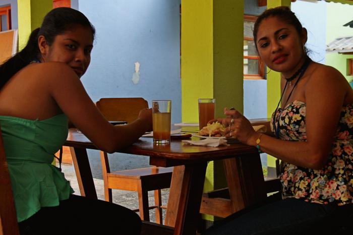 Jóvenes vinculados a los rubros cacao, café y vegetales intercambian experiencias.