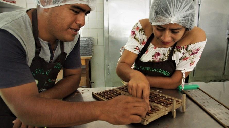 Cac Pangoa Tasting cocoa beans