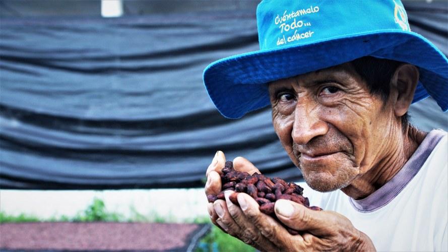 Cac Pangoa smelling cocoa beans