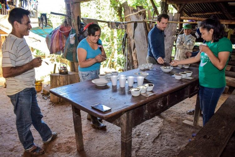 Zac Suito (Cassiopeia) y Onaida Mijahuanca (Aprocassi) en sesión de catación móvil junto a familias de productores en comités de base. Fotografía: Área de Comunicaciones de Aprocassi