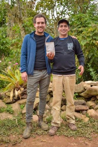 Zac Suito visita a la parcela del primer productor que implementa la iniciativa: Alcides García – Comité Santa Fe. Fotografía: Área de Comunicaciones de Aprocassi