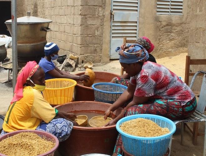 Des femmes d'un groupement  d'étuveuses de riz à Bagré