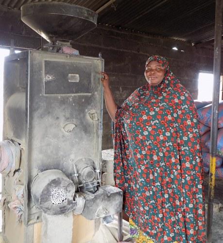 Une femme transformatrice de riz à Bagré